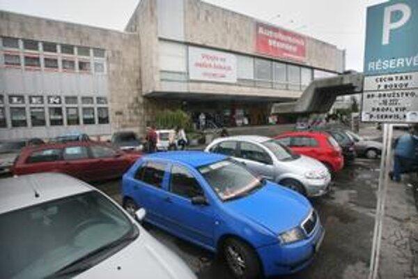 Situácia s parkovaním sa zhoršila aj v okolí autobusovej stanice na Mlynských nivách. Autá tu parkujú a bežne jazdia aj po chodníkoch.