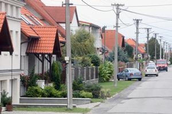 Jarovce ležia medzi Petržalkou a Rusovcami.