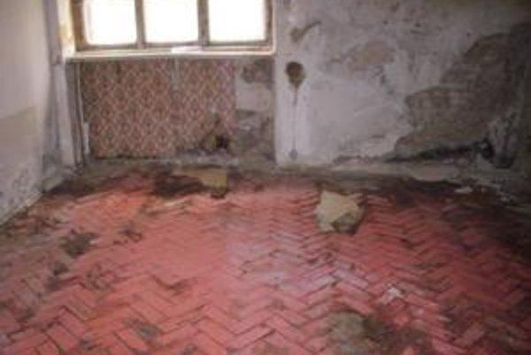 Nebytový priestor na Grosslingovej, ktorý by sa dal prekvalifikovať na byt. Nájomcovia z reštituovaných domov zväčša peniaze na obnovu nemajú.