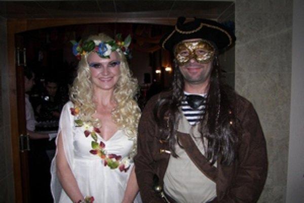 Manželia Kaníkovci vítali hostí v kostýmoch lesnej víly a piráta.