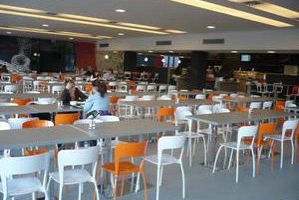 Nová jedáleň má kapacitu šesťtisíc stravníkov denne.