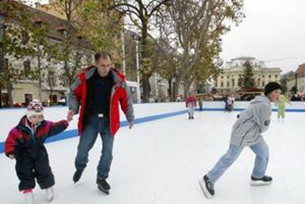 Klzisko bývalo v centre mesta na Hviezdoslavovom námestí. Počas decembra sú na námestiach stánky, s ľadovou plochou sa ráta až od januára.