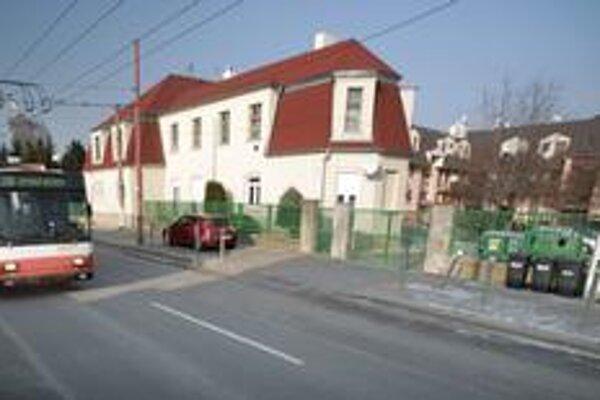 Obyvatelia konca Ružinova s nízkou zástavbou si zvykli na rušné dopravné ťahy - Mierovú ulicu a diaľničný obchvat Bratislavy, ale odmietajú nové bytovky v pokojnej lokalite.