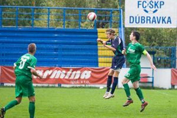 Mužstvo ŠKP Dúbravka (v modrom drese) skončilo po jesennej časti III. futbalovej ligy na siedmom mieste.