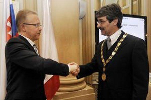 Bývalý primátor Ďurkovský zmluvy nezverejňoval. Ftáčnik podľa nového zákona tak urobiť musí.
