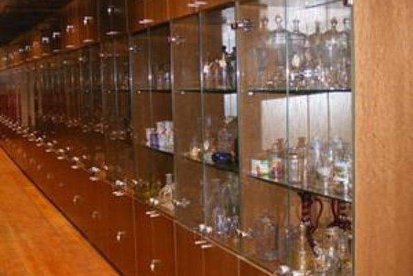 Zbierkové predmety sú v študijnom depozite vystavené za sklom.