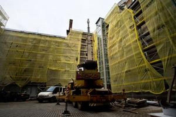 Budova Filozofickej fakulty UK sa mení zvnútra, celý dvor zakrylo lešenie.