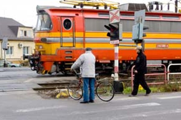 Nebezpečná je križovatka Trnavskej cesty s Ivanskou a Vrakunskou, pretína ju aj železničná trať. Vodiči v neprehľadnej situácii zabúdajú na chodcov, ktorým má na to, aby sa dostali od koľajníc po najbližší priechod, stačiť úzky pás.