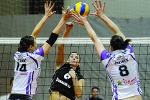 Volejbalistky Doprastavu Bratislava si zajtra zahrajú v Stredoeurópskej lige proti tímu Post Viedeň. Na snímke z predchádzajúceho medzinárodného duelu smečuje Paula Kubová (uprostred).
