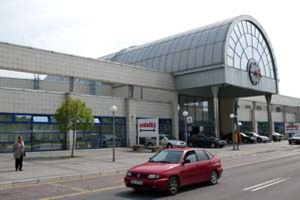 Problémy na petržalskej stanici by mala riešiť mestská časť, Dopravný podnik i mestskí policajti.