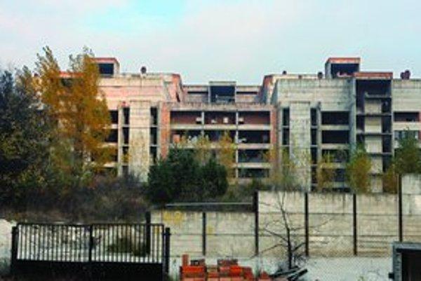 Rozostavaná nemocnica na Rázsochách je zakonzervovaná asi desať rokov. Plocha areálu má 15 hektárov, tri sú zastavané.
