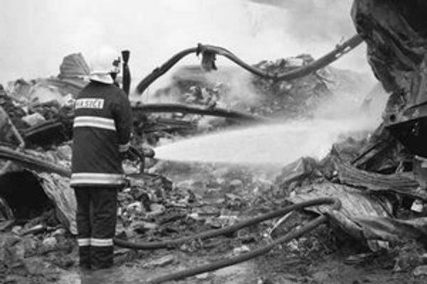 Pri celonočnom požiari zasahovalo 65 hasičov. Použitý bol aj špeciálny hasičský tank z Malaciek.