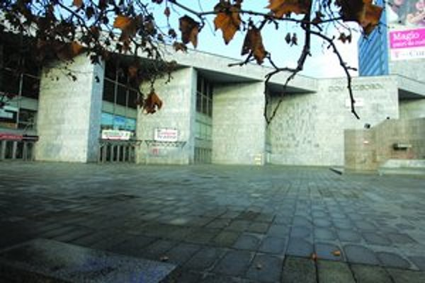 Istropolis je jednou z pamätihodností Nového Mesta, ktoré schválili miestni poslanci. Umelecké a kongresové centrum vznikalo v rokoch 1956 – 1981. Dnes je budova zanedbaná.