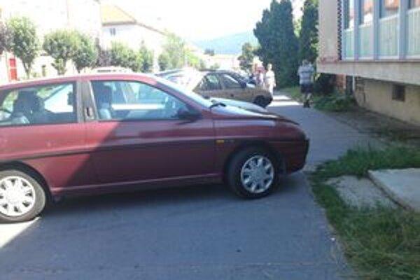 Autá často zaberajú celú šírku chodníka. Pre chodcov tak neostáva žiadny priestor.