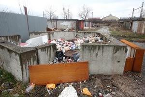 Hromady odpadkov sa kopia medzi rozpadávajúcimi sa garážami, z ktorých mnohé obývajú bezdomovci. Nebezpečný odpad sa tam nenachádza.