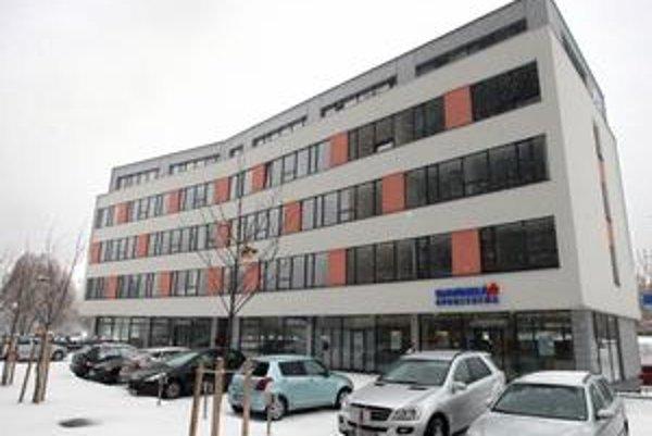 Pri novom daňovom pracovisku na Blagoevovej ulici je osem vyhradených parkovacích miest, stáť sa dá aj na ulici.