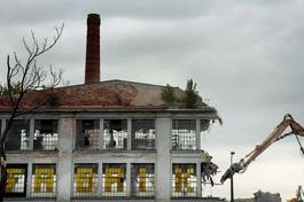 Lisovňa gumonky bola vyhlásená za pamiatku, ale majiteľ sa odvolal. Rozkladová komisia navrhla zrušiť toto rozhodnutie a minister kultúry to akceptoval. Konanie bolo zložité. Na to, či bola v čase búrania budova chránená, neexistuje jednotný názor.