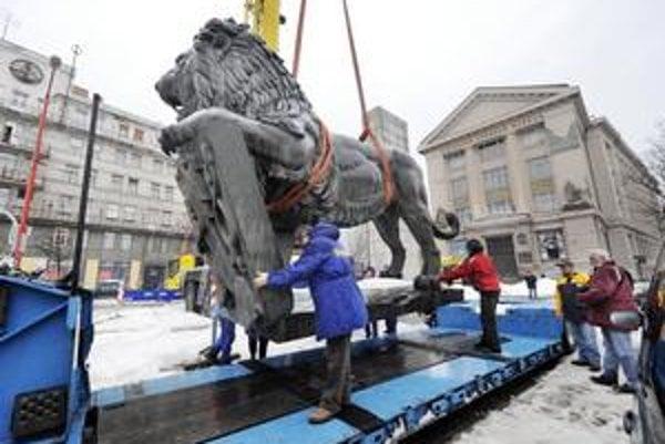 V noci na včera leva transportovali na reštaurovanie, v máji má byť slávnostne znovuodhalený na novom mieste spolu so sochou Štefánika. Stáť budú na nábreží medzi novou zónou Eurovea a novým Národným divadlom.