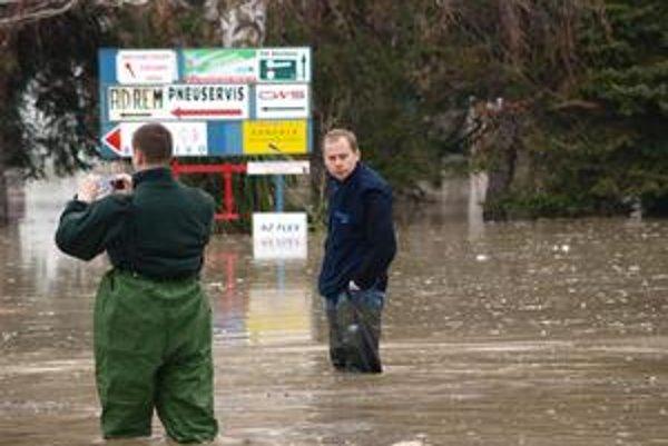 Škody po  veľkej havárii na Bojnickej ulici odstraňovali ešte včera. Ľuďom v niektorých častiach mesta netiekla voda.