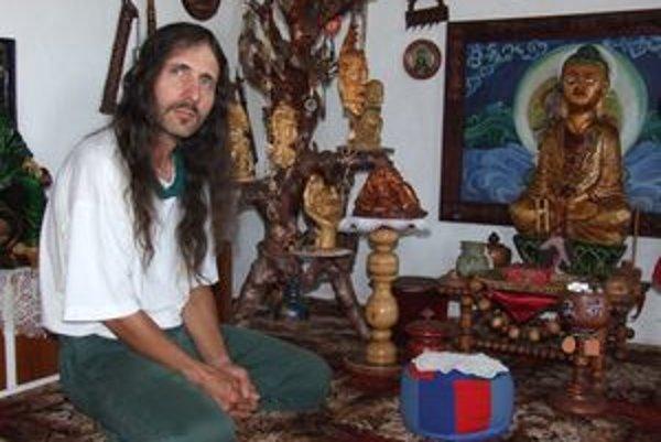 V meditačnej miestnosti. Všetko v nej, okrem koberca, si vyrobil sám.