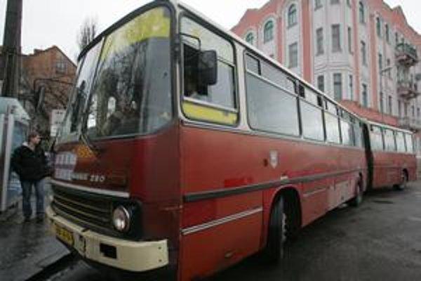 V MHD je viac než polovica vozidiel po životnosti. Vlani prebehla rozlúčka s dlhými autobusmi Ikarus 280.
