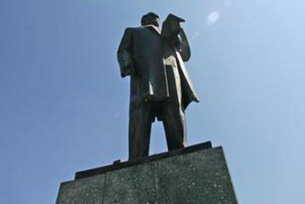 Pamätník Karola Šmidkeho v Parku Andreja Hlinku poškodili sprejeri. Nevie sa, či v obnovenom parku ostane.