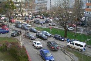 Výjazd z Ružovej doliny na Záhradnícku ulicu je od pondelka zakázaný. Autá, ktoré do ulice vošli, sa z nej už nevedeli dostať. Zablokovali sa s tými, ktoré prichádzali oproti nim. Po ľavej strane sa parkuje ako predtým, keď bol úsek jednosmerný. Niektorým