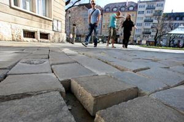 Vjazd od Strakovej je uzavretý, do pešej zóny sa autá oddnes dostanú len cez Františkánsku ulicu.