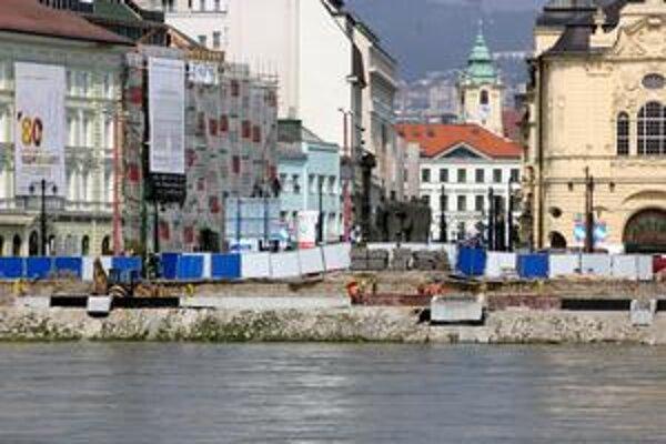 Pri stavbe protipovodňovej ochrany na nábreží Dunaja rekonštruujú snímač vodnej hladiny.