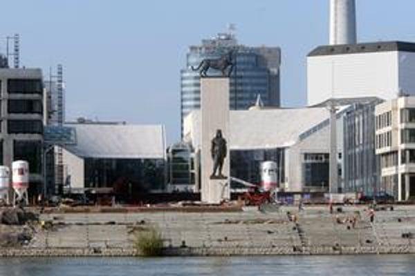 Národné divadlo sa mení. Od včera pred jeho priečelím stojí Milan Rastislav Štefánik.