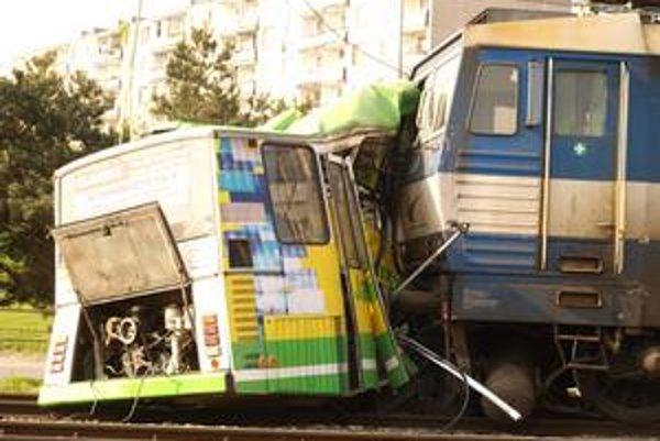 Pri nehode autobusu a vlaku sa nikto nezranil. Vodič sediaci vo vozidle stihol pred zrážkou vyskočiť. Autobus bol úplne zničený, škoda je tristotisíc eur.