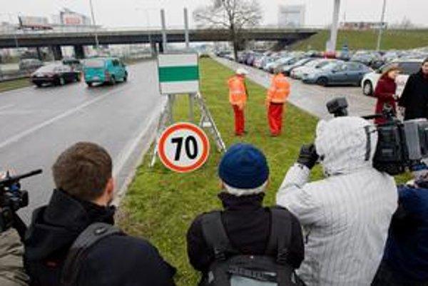 Sedemdesiatku na Einsteinovej ulici povoľuje značka od konca marca. Nezmyselne pomaly už vodiči nemusia jazdiť na viacerých úsekoch v meste.