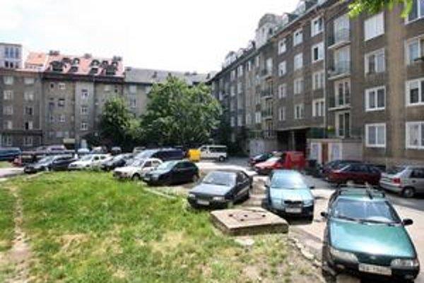 Obyvatelia vnútrobloku na Šancovej parkujú na zeleni. Riešiť by to chceli automatickým parkovacím systémom.