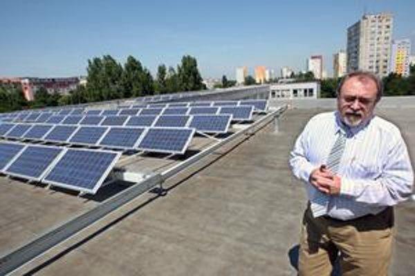 Adlerka má na streche sto solárnych panelov. Na snímke riaditeľ školy František Végh.