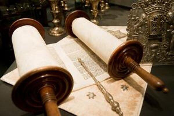 V múzeu sú aj zvitky tóry, tie zvyčajne bývajú v synagóge.