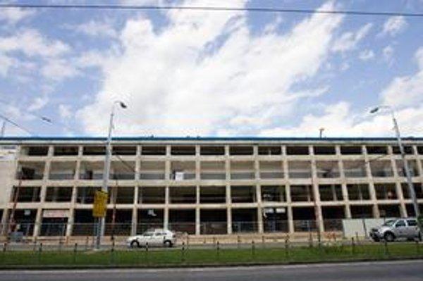 Zimný štadión teraz. Mesto sľubuje ukončenie prestavby do konca februára 2011.