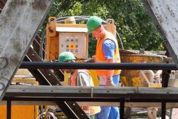 Pracovníci Metra upozorňujú, že fotografovanie prác na moste môže byť nebezpečné, lávky sú labilné.