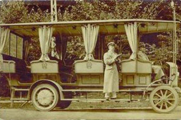 Karlovešťan Karol Buzinkay, sprievodca trolejbusu, ktorý premával v rokoch 1909 - 1915 na Železnú studienku.
