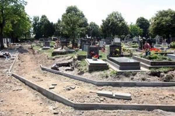 V Podunajských Biskupiciach cintorín zaberie aj susedný pozemok, kde bývala záhradkárska osada. Robia sa už prípravné práce a tiež sa tu prerábajú staré chodníky.