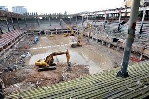 Zimný štadión O. Nepelu je už bez strechy. Ľadovú plochu nahradila obrovská mláka.