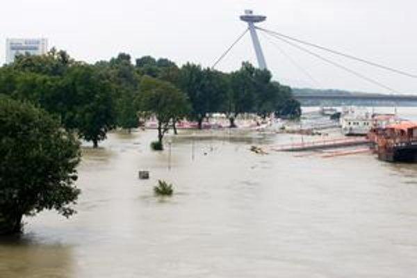 Dunaj vyzeral hrozivo, väčšie škody však nenarobil.