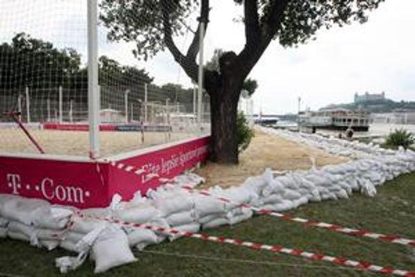 Pred vodou sa pláž chránila  pieskovými vrecami. Škody, ktoré vznikli, majú vyčísliť v najbližších dňoch.