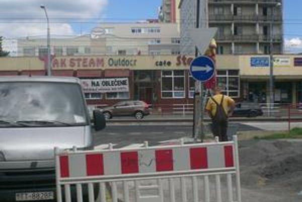 Na priamy smer do Ružinova sa autá dostanú popri trhovisku Miletičova, včera sa už menilo značenie.
