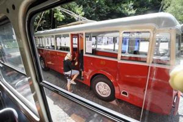 Starý trolejbus Oerlikon zo 40. rokov si dnes mohli obzrieť Bratislavčania na Železnej studienke.
