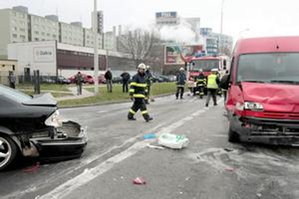 Na cestách ubúda mŕtvych a ťažko zranených. Na snímke nehoda z marca na Panónskej v Petržalke. Ani jedna z tunajších nehôd sa za tento rok ešte neskončila smrťou.