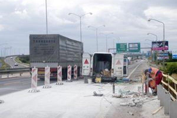 Od 13. júla až do 6. septembra je vo Vajnoroch čiastočne uzavretá ulica Pri mlyne. Dôvodom je zabezpečenie pracoviska pre prebiehajúce rozširovanie mosta D1.