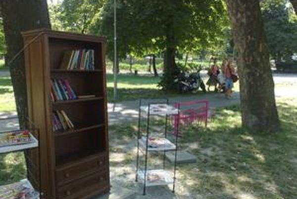 Knižnica na pláži funguje samoobslužne, čítať sa dá obďaleč v kreslách či v hojdacej sieti.