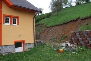Oporný múr za domom Bodnárovcov zvalili spodné vody pred dvomi rokmi.