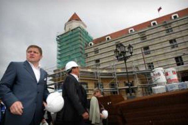 Predseda vlády Robert Fico a predseda parlamentu Pavol Paška počas prehliadky staveniska. Bratislavský hrad sa v súčasnosti rekonštruuje.