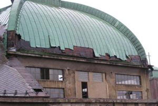 Budova bývalého bratislavského pivovaru Stein chátra. Do areálu vnikajú zlodeji i bezdomovci, medenú kupolu rozoberajú a odnášajú do zberu. Obyvatelia z okolia sa boja pádu časti plechov zo strechy.